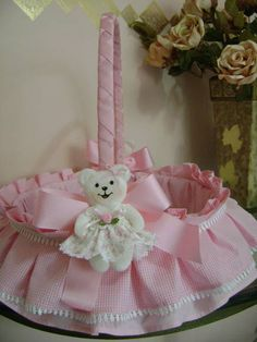como forrar cestos para bebes - Pesquisa do Google Hobbies And Crafts, Diy And Crafts, Crafts For Kids, Baby Drawer, Trousseau Packing, Baby Baskets, Chocolate Bouquet, Flower Girl Basket, Baby Shower Cookies