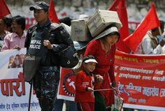 Katmandu, Nepal    Una donna vende acqua minerale ai manifestanti della marcia del Primo Maggio (AP Photo/Binod Joshi)