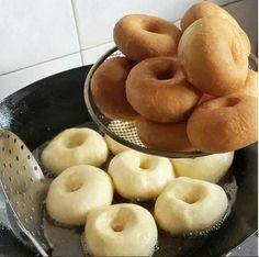 Самые вкусные пончики в мире Это самые вкусные пончики… которые я ела! Уже 2 раза их делала — обалденные! Мягенькие , прямо воздушные, с хрустящей корочкой! Начинку можно любую класть, мне очень понравилось с инжировым повидлом, а еще будет вкусно со свежей малиной, перетертой с сахаром, можно с заварным кремом, как у автора… Слова автора …