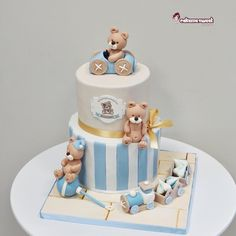 Cake, favors, decorated cookies, meringues, everithing with a personalized graphic design with teddies Baby Boy Birthday Cake, Baby Boy Cakes, Cakes For Boys, Torta Baby Shower, Momofuku Cake, Teddy Bear Cakes, Teddy Bears, Rodjendanske Torte, Cute Cakes