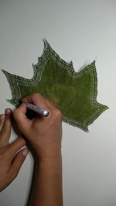Paint autumn leaves - Autumn can be so beautiful! Paint dried autumn leaves with beautiful motifs and quotes for autumn. Diy Jewelry Videos, Diy Jewelry Rings, Diy Jewelry To Sell, Jewelry Art, Easy Diy Crafts, Fall Crafts, Arts And Crafts, Autumn Art, Autumn Leaves