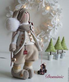 Купить или заказать Зимний зайчик Доминик - текстильная игрушка 39 см в интернет-магазине на Ярмарке Мастеров. Зайчишка-мальчишка Доминик очень добрый, уютный , зимний . Он искренне верит в чудеса и деда мороза :)) В лапке - маленький деревянный паровозик ( слегка состаренный ). Сочетание сливочных, молочных, бежевых оттенков. Не большие вкрапления кирпично-красного цвета очень оживляют образ и делают его праздничным . Родился в пару к милашке Корнелии - www.livemaster.