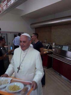 El Papa Francisco con su bandejita, hoy en el comedor de obreros del Vaticano.