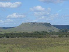 La Ruta 5. Salimos del basalto para pasar por la Cuchilla de Haedo con sus cerros mesa. Tan propios de los departamentos de Rivera y Tacuarembó.