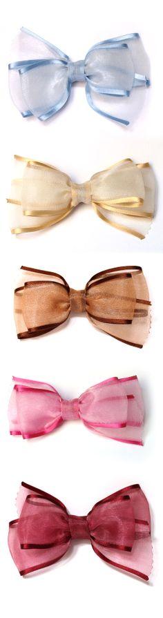 Lazo doble para el pelo, de gasa con ribete de raso en colores variados. Cosido a mano. Tamaño aproximado 11 x 8 cm. http://www.natalyshop.es/product/index?tag=Gasa-con-ribete
