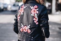 All about the statements. – The Talking Lipstick. Floral jacket with silver bag. transparent dress. Styling. Woman fashion 2017. Winter oufit 2017. Silver boots. Zara outfits. Mexican blogger. Cool outfits, rocker. Chamarra de piel con flores, bolsa plateada, vestido de tul transparente, botas plateadas. Moda de mujer 2017. Moda de Invierno 2017. Outfit de invierno.