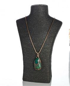 #collar largo en dorado viejo mate con mineral en verde con hilos.
