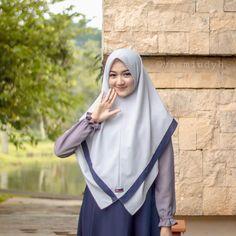 Image may contain: 1 person, standing Cara Hijab, Hijab Chic, Hijab Style Dress, Hijab Outfit, Hijab Niqab, Arab Girls Hijab, Muslim Girls, Fashion Models, Girl Fashion