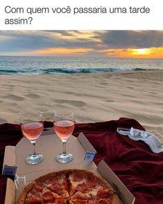pizza picnic at the beach Dream Dates, Cute Date Ideas, 31 Ideas, Decor Ideas, Picnic Date, Summer Picnic, Summer Food, Picnic At The Beach, Beach Picnic Foods