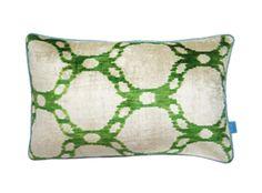 Green hollow chain. De prachtige ikat kussens zijn gemaakt van zijden velours. Handgeweven in Uzbekistan. Voor de kussens wordt uitsluitend natuurlijke verf gebruikt waardoor de kleuren mooi diep zijn. De achterkant is uni blauw ( zie kleine foto). Inclusief vulling. Afmeting 40x60 cm. http://www.bedazzle.nl/woonaccessoires-and-decoration/woonaccessoires-kussens