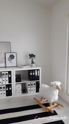 Työhuone/Anno/Vitra/ Vit Och Svart/ Design/Valoisa työhuone/Valkoinen työtila/Office/Workroom/Studyroom/Kontor/ Skandinaavinen koti/Skandinaviskhem/Skandinaavinen/Skandinaavinen sisustus/Interior/Interiordesign/ White, and black office/Spacious office/Läsrum/Reading Room/Scandinavian home Modern/ Minimalistic/白辦公/白办公/现代/現代/モダン/ホワイトオフィス/スカンジナビアの/斯堪的纳维亚
