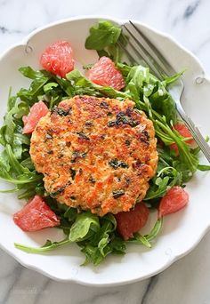 These delicious, healthy Healthy Salmon Quinoa Burgers, made with wild salmon, quinoa, and kale are loaded with good-for-you omegas and tons of protein! Salmon Recipes, Fish Recipes, Seafood Recipes, Dinner Recipes, Cooking Recipes, Healthy Recipes, Skinny Recipes, Skinny Meals, Kale Recipes
