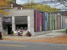 Mural zdobi wschodnią ścianę Loganberry Books księgarni, znajdujący się w Shaker Heights, Ohio. Stworzony przez artystę Gene Epstein