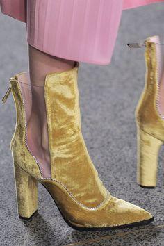 Goldene Samtstiefel mit transparentem Rosa-Einsatz? HOT! | Stylefeed