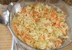 Ensalada de repollo, manzana y zanahoria con salsa de yogur