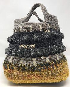 Borsa all'uncinetto Borsa boho-chic - Borsa all'uncinetto Borsa Boho-chic Boho Chic, Boho Style, Crochet Handbags, Crochet Purses, Handmade Felt, Handmade Bags, Freeform Crochet, Knit Crochet, Crochet Pouch