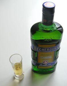Becherovka je bylinný likér, který má u nás dlouholetou tradici. Vyzkoušejte několik receptů na míchané nápoje a vychutnejte si Becherovku jinak. Whiskey Bottle, Smoothies, Perfume Bottles, Food And Drink, Drinks, Party, Gardening, Clean Eating, Healthy Foods