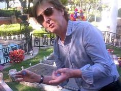 Paul McCartney leaves guitar pick at Elvis Presley's grave (Photo: Paul McCartney / Twitter)
