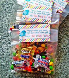 """Antes de terminar de empacar mi maletín para el hospital, compré unas bolsitas de celofán, las llené de diferentes dulces, y conseguí unos """"toppers"""" de cartulina – via Etsy – que mandé a personalizar a nombre de nuestra nueva familia.  Esta fue mi forma de agradecerle a las enfermeras y doctores que me atendieron y ayudaron durante la labor de parto."""