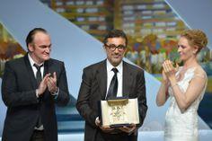 第67回カンヌ国際映画祭(Cannes Film Festival)で、クエンティン・タランティーノ(Quentin Tarantino)とユマ・サーマン(Uma Thurman)からパルムドールのトロフィーを授与されたヌリ・ビルゲ・ジェイラン(Nuri Bilge Ceylan)監督(2014年5月24日撮影)。(c)AFP/ALBERTO PIZZOLI ▼25May2014AFP|カンヌ映画祭、最高賞はトルコ人監督作品 http://www.afpbb.com/articles/-/3015838 #Cannes_Film_Festival #Quentin_Tarantino #Uma_Thurman #Nuri_Bilge_Ceylan