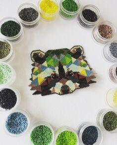 Regardez cette photo Instagram de @clapiottes_et_loupiotte • 184 J'aime Hama Beads Patterns, Loom Patterns, Beading Patterns, Fuse Beads, Perler Beads, Diy Broderie, Perler Bead Designs, Beaded Banners, Melting Beads
