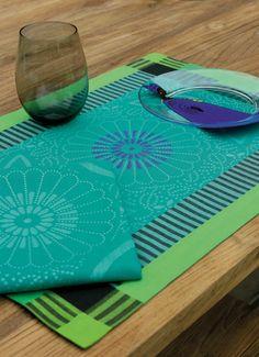 Set de table et serviette de table Le Jacquard Français. Made in France. Modèle Bamako, motif africain couleur vert.
