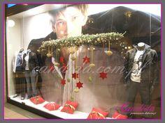 Bożonarodzeniowa dekoracja witryny sklepowej – Dekoracje witryn sklepowych w okresie świątecznym muszą wyglądać wyjątkowo tak aby zachęcić jak najwięcej klientów do wejścia do sklepu. Dekoracja bożonarodzeniowa witryny sklepu Levi's Lee. Dekoracja bożonarodzeniowa wnętrza sklepu Levi's Lee... #candidapracowniadekoracji #dekoracjebożonarodzeniowe #dekoracjeświąteczne