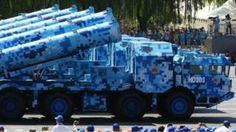 Image copyright                  Getty                  Image caption                     Los tanques, con un llamativo diseño azul, blanco y negro, llamaron la atención en el desfile de septiembre de 2015 en la plaza Tiananmén.   El 3 de septiembre de 2015, China celebró el 70 aniversario del final de la Primera Guerra Mundial con un impresionante despliegue de su poderío militar. Cientos de carros de combate y unos 12.0000 efectivos del Ejército Pop