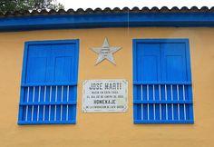 """José Martí nació en una humilde vivienda de dos plantas situada cerca del puerto de La Habana, el 28 de enero de 1853, hijo del valenciano Mariano Martí y la tinerfeña Leonor Pérez.  Lo dijo proféticamente de niño: """"A muchas generaciones de esclavos tiene que suceder una generación de mártires. Tenemos que pagar con nuestros dolores la criminal riqueza de nuestros abuelos. Verteremos la sangre que hicimos verter: ¡Ésta es la ley severa!""""."""