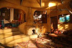 映画「魔女の宅急便」に登場するキキの実家をご紹介いたします。家族の共有スペースを囲むようにプライベートスペースも確保。オリエンタルな雰囲気でトルコや南イタリアの洞窟ホテルのようなお部屋です。