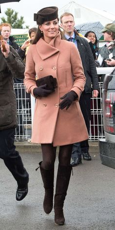 The Duchess of Cambridge stepped out to see the horses race in a camel-colored Joseph coat and chocolate accessories, including Stuart Weitzman boots and her trusted Lock & Co. Looks Kate Middleton, Kate Middleton Outfits, Princesa Kate, Princesse Kate Middleton, Pantyhosed Legs, Kate And Pippa, Herzog, Estilo Fashion, William Kate