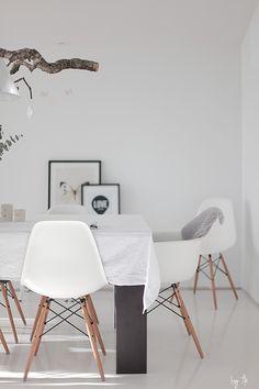 Un comedor blanco. Silla Kandem disponible en www.iconscorner.com