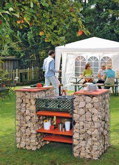 Grill bauen ist nicht so schwer, wenn er stationär ist. Dieser Grill aus Gabionen ist eine Attraktion im eigenen Garten. Der Einsatz ist ein Gasgrill.