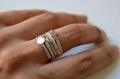 9 sonnige Tage Ring stellt den Kreislauf des Lebens sowie die Tage der Woche (wie der Name schon sagt). seine Ursprünge stammen aus dem Touareg-Tribu Nomaden Leben in der Wüste Nordafrikas waren die ersten, die diesen Ring, genannt Semainier zu fabrizieren. Es ist verziert mit zierliche Scheiben von solid 14k gelb recycelt und Roségold. Bequem für den Alltag Sie sind durch einen filigranen silbernen Balken, der Ringe zusammenhält angefügte aber frei bewegen. ▽Nine 8mm und 10 mm verdreht…