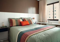 Marcenaria sob medida faz milagre em apartamento de apenas 25 m² - Casa. Móvel estreito sob a janela.
