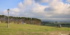 área de picnic y parque infantil en la playa de Penarronda en Asturias, España