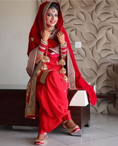 This app includes a collection of best handpicked Indian Bridal Dresses. Patiala Suit Wedding, Bridal Suits Punjabi, Punjabi Bride, Punjabi Dress, Wedding Suits, Wedding Attire, Sikh Wedding, Trendy Wedding, Wedding Ideas