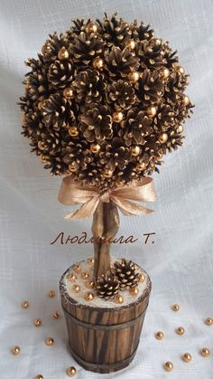 Одноклассники: basteln dekoration 20 idee con tutorial su come fare degli alberelli natalizi da regalare! Pine Cone Art, Pine Cone Crafts, Christmas Projects, Pine Cones, Holiday Crafts, How To Make Christmas Tree, Noel Christmas, Rustic Christmas, Christmas Wreaths