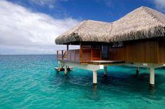 Te Tiare Beach Resort: esta estância tradicional polinésia está localizada em uma pequena baía particular acessível apenas por barco. Os bangalôs tem telhado de colmo, piso frio e permitem sentar diretamente sobre a água Foto: Divulgação
