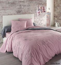Craquez pour le charme du fleuri avec la parure de lit Zélie Beige en flanelle, 100% coton gratté 170g/m². Vous aimerez l'effet « brodé à la main » de la rose connotant le style shabby, thème tendance de cette saison. Une association réussie du rose vieilli et du gris anthracite permet de réveiller la décoration de votre chambre tout en douceur. Côté matière, vous aimerez la flanelle pour affronter l'hiver en douceur! #lingedelit
