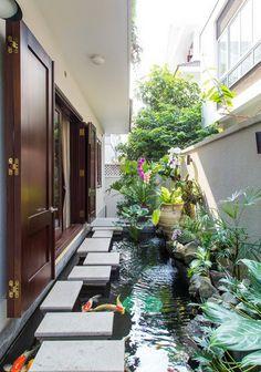 diseño de patio con estanque koi moderno