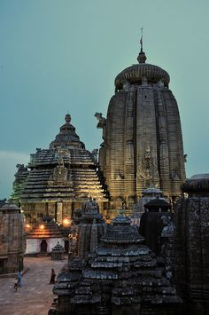 travelingcolors: Lingaraj Mandir, Bhubaneswar, Hindu temple dedicated to Harihara, one of Lord Shiva's forms. It is in India (by FO Travel) Indian Temple Architecture, India Architecture, Ancient Architecture, Oh The Places You'll Go, Places To Travel, Places To Visit, Tourist Places, Temple Indien, Amazing India