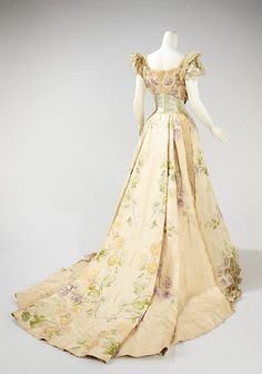 Evening dress House of Worth (French, Designer: Jean-Philippe Worth (French, Date: 1902 Culture: French Medium: silk, rhinestones, metal. 1900s Fashion, Edwardian Fashion, Vintage Fashion, Retro Fashion, Old Dresses, Pretty Dresses, 1950s Dresses, Flapper Dresses, Vintage Gowns