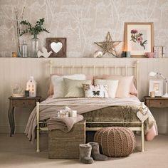 Zimmergestaltung Ideen für Schlafzimmer: das grosse Bett und viele Kissen und Herzen