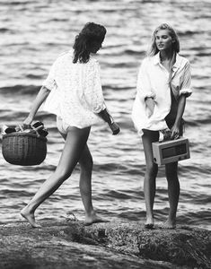 Pack a beach basket summer feeling, summer vibes, sparkle, vintage surf, vintage Summer Feeling, Summer Vibes, Black White, Youre My Person, Belle Lingerie, Foto Pose, Jolie Photo, Summer Of Love, Summer Fun
