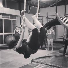 E niente, io il martedì sera mi diverto così. (E pure il giovedì veramente). #acrobatica #aerea #tessuti #trapezio