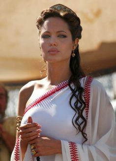 Firang divas sizzle in a sari - Angelina Jolie looks sexy in white saree with red border. Angelina Jolie, Alexander 2004, Most Beautiful Women, Beautiful People, Cleopatra Beauty Secrets, Alexandre Le Grand, Greek Fashion, Fashion Women, Fashion Hair