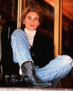 Sunday denim inspiration: The biggest smile in the movie business, miss Julia Roberts, wearing denim and cowboy boots. Look Fashion, 90s Fashion, Vintage Fashion, Fashion Movies, Fashion Trends, Looks Chic, Looks Style, Poses, Julia Roberts Style