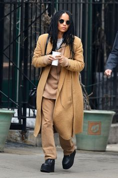 Lenny Kravitz and Lisa Bonet step out together East coast style: Lenny and Lisa's daughter Zoe was spotted out this week in Soho New York Lenny Kravitz, Zoe Kravitz Style, Zoe Kravitz Tattoos, Zoe Kravitz Braids, Lisa Bonet, Beastie Boys, Elle Magazine, Mad Max, Looks Style
