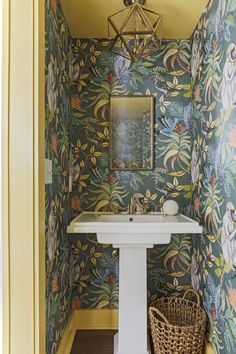 Powder Room mit Cole & Son Wallpaper Source by wsuhollz Bathroom Wallpaper, Room Wallpaper, Eclectic Home, Powder Room Design, Funky Wallpaper, Rustic Bathroom Vanities, Powder Room Wallpaper, Cole And Son Wallpaper, Downstairs Toilet